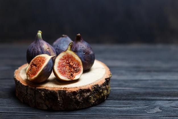 Gesneden vijgen fruit op een houten bord