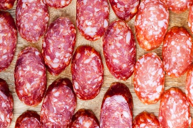 Gesneden vlees tijdens het serveren van de vakantietafel en koken, close-up van vleesproducten, er zit vet in het vlees