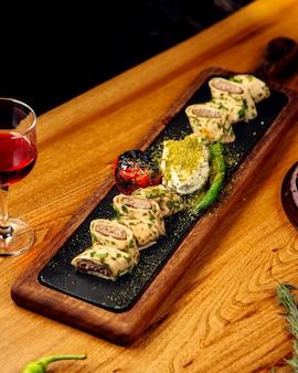 Gesneden vleesbroodjes met gebraden groenten