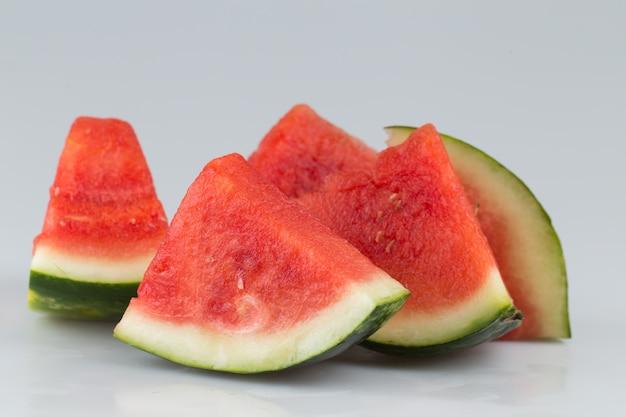 Gesneden watermeloen close-up in een grijze ondergrond