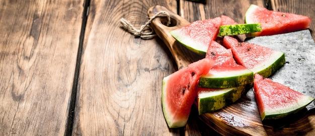 Gesneden watermeloen met een bijl