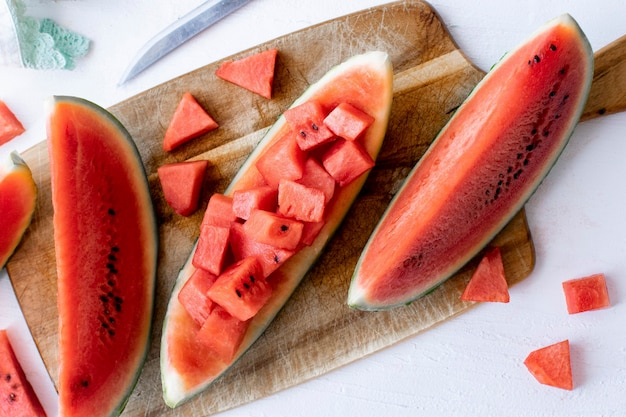 Gesneden watermeloen op een witte tafel