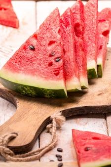 Gesneden watermeloen op houten tafel