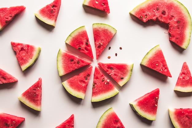 Gesneden watermeloen op witte muur