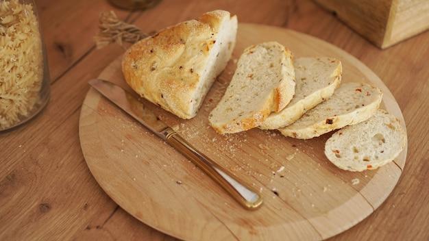 Gesneden wit brood op een houten dienblad. moderne keuken in scandinavische stijl.