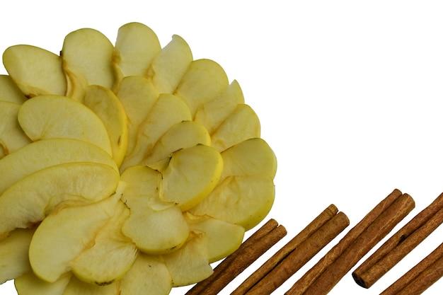 Gesneden witte appels en kaneel in een cirkel op een witte achtergrond