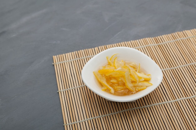 Gesneden yujafruit met honing of suiker