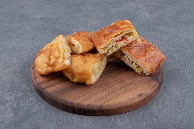Gesneden zelfgemaakte gebak op een houten bord.