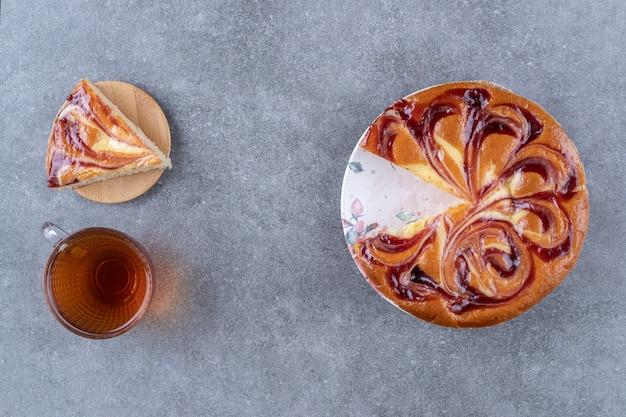 Gesneden zoet brood en een kopje thee op een bord