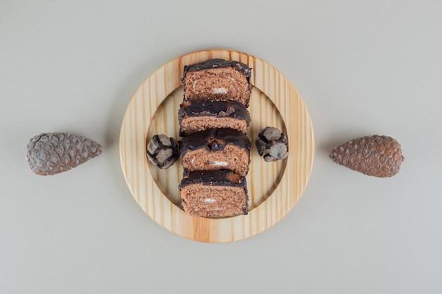 Gesneden zoet chocoladebroodje met dennenappels.