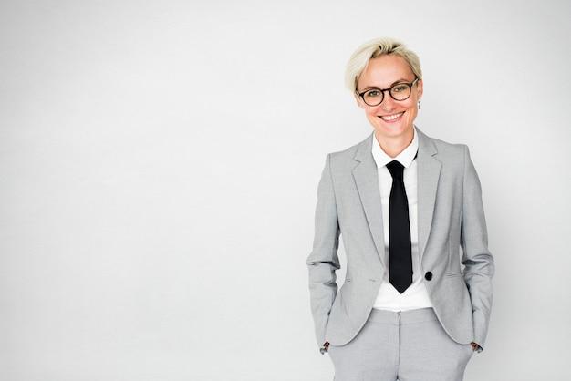 Gespannen bedrijfsvrouw met kort blonde haar
