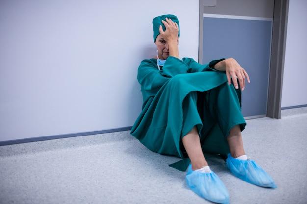 Gespannen vrouwelijke chirurgzitting in gang