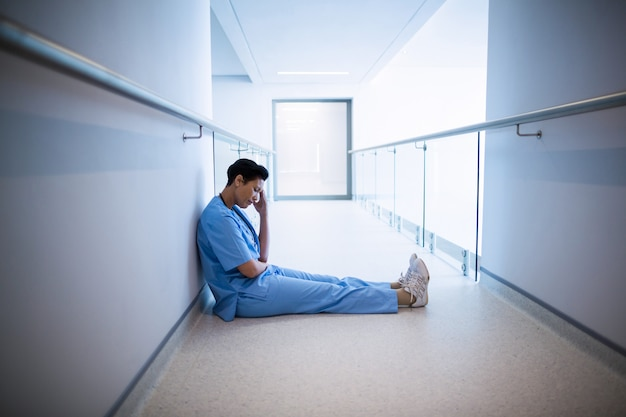 Gespannen vrouwelijke verpleegsterszitting in gang