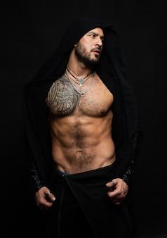 Gespierd en sexy torso van jonge man met perfecte buikspieren. fitness buikspier. mannen sixpack.