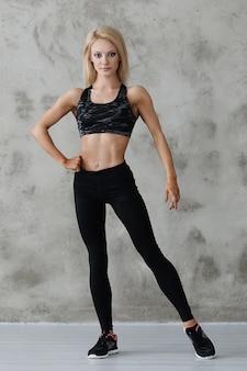 Gespierde atleet vrouw poseren