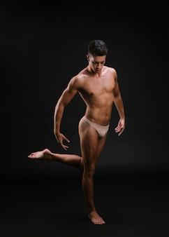 Gespierde balletdanser op één been