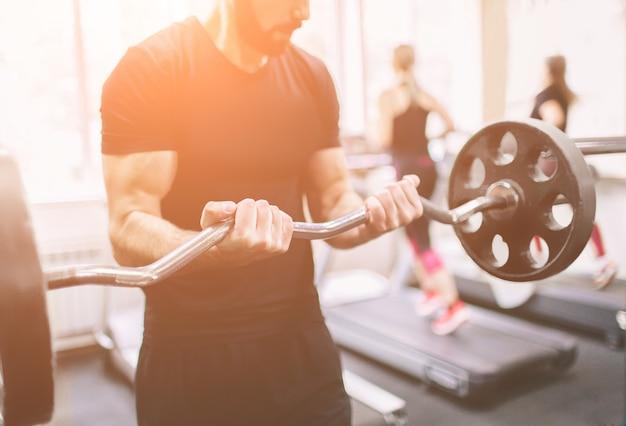 Gespierde bebaarde man tijdens training in de sportschool.