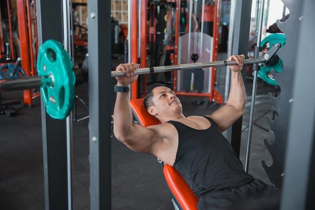 Gespierde bodybuilder bankdrukken training met smith machine