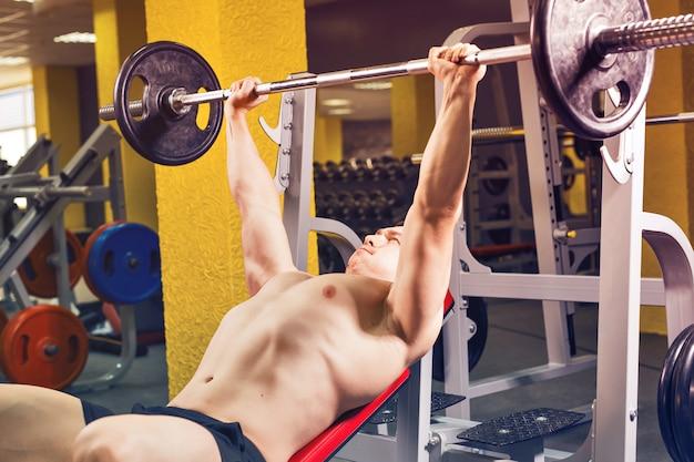Gespierde bodybuilder bankdrukken training