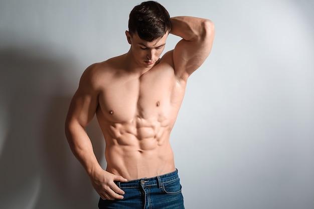 Gespierde bodybuilder op licht