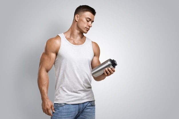 Gespierde fitness fles met eiwitshake voor mannen