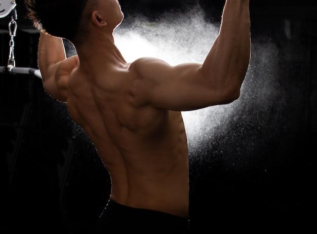Gespierde fitness man oefent een gezonde levensstijl uit