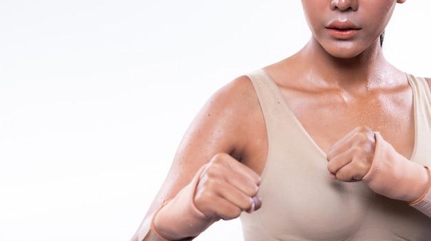 Gespierde fitness vrouw oefent een gezonde levensstijl uit