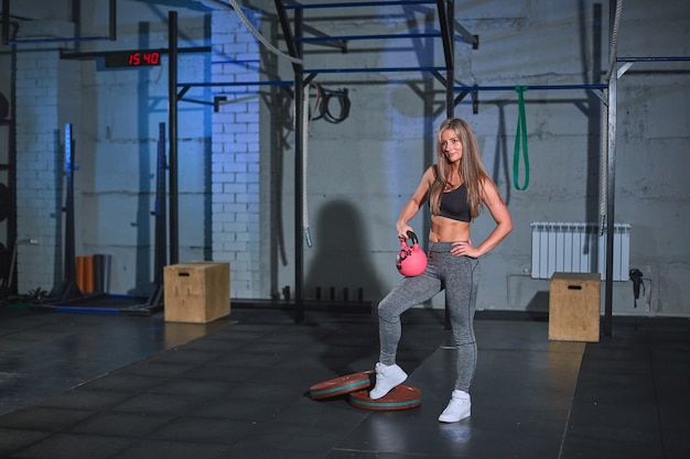 Gespierde jonge fitness sexy blonde in strakke legging