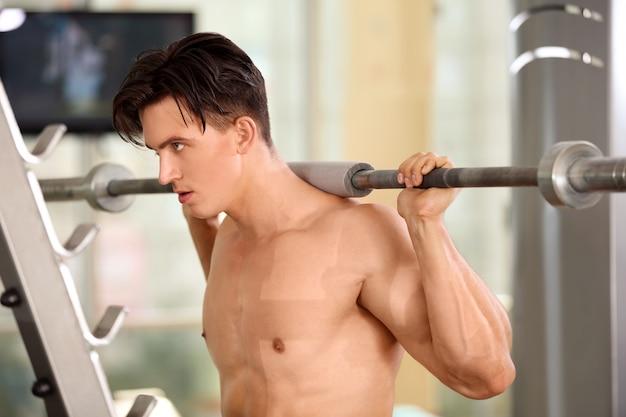 Gespierde jonge man training in de sportschool