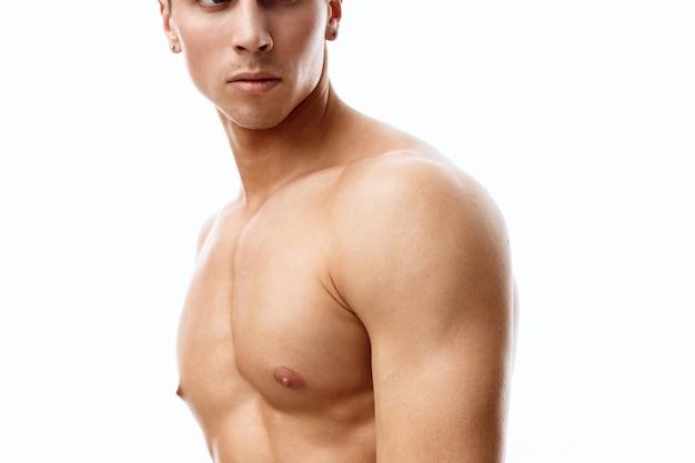 Gespierde man biceps bodybuilder fitness naakte torso