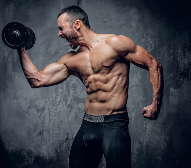 Gespierde man doet biceps workouts