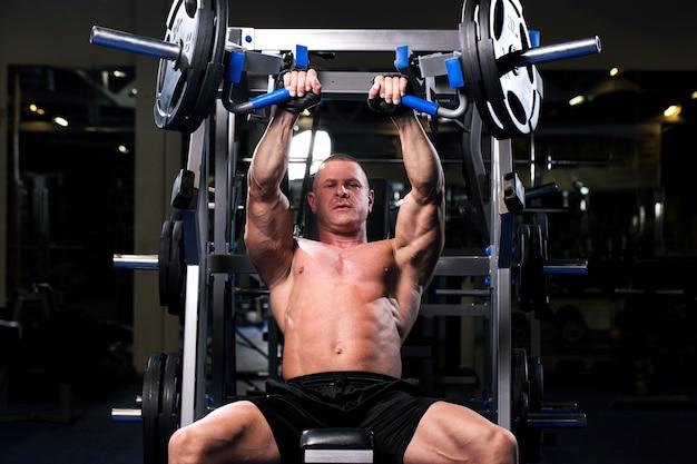 Gespierde man in een sportschool