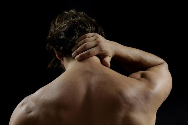 Gespierde man met pijn in de onderrug
