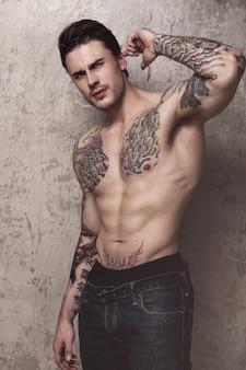 Gespierde man met tattoo