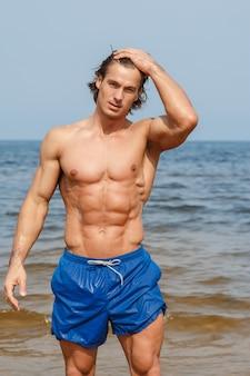 Gespierde man op het strand