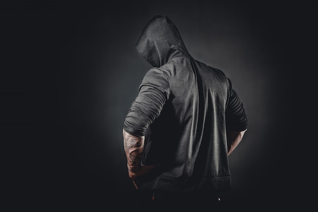 Gespierde mannelijke bodybuilder poseren