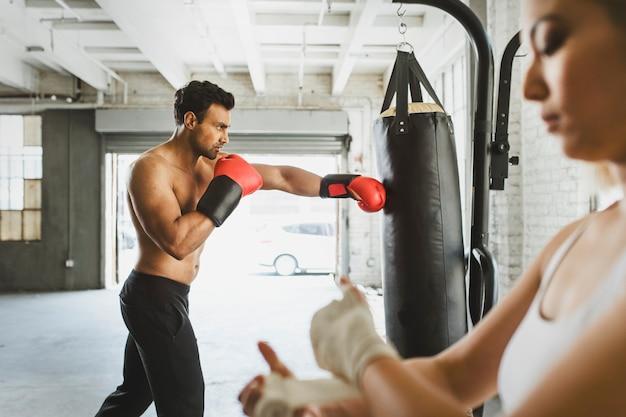Gespierde mannelijke bokser in de sportschool Premium Foto