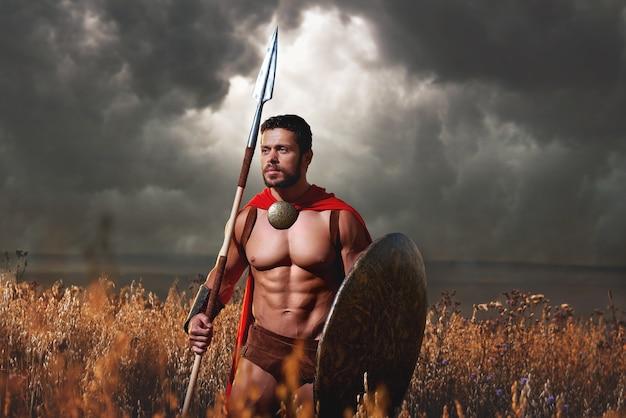 Gespierde middeleeuwse krijger staande in het veld
