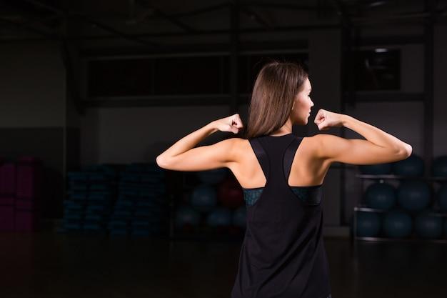Gespierde rugbuiging van de vrouwelijke bodybuilder