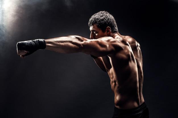 Gespierde topless jager in bokshandschoenen