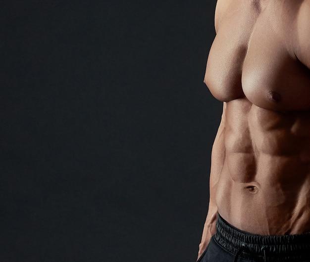 Gespierde torso van mannelijke bodybuilder