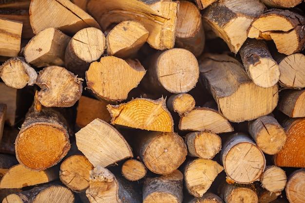 Gespleten brandhout voor open haard of stenen kampvuur op elkaar gestapeld. boom.
