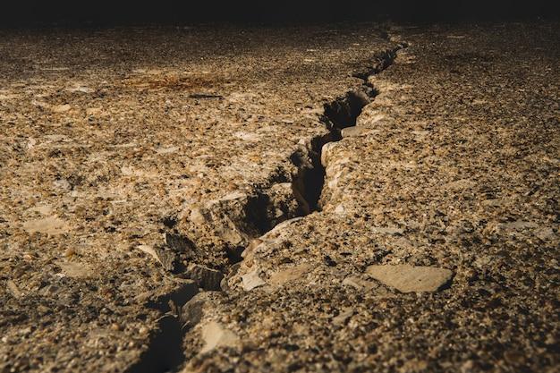 Gespleten grond bedekt met stenen onder het zonlicht