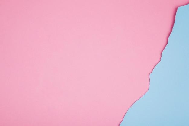 Gespleten rand van het papier op roze