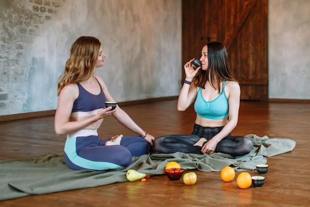 Gesprek en theekransje van twee yogi's op het hok