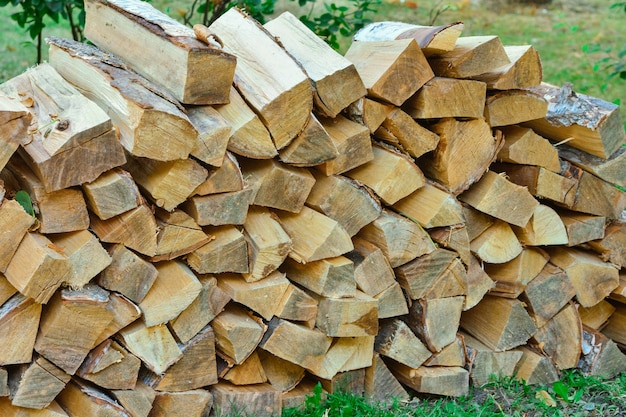Gestapeld brandhout in het dorp brandhout gestapeld logboek houtstapel