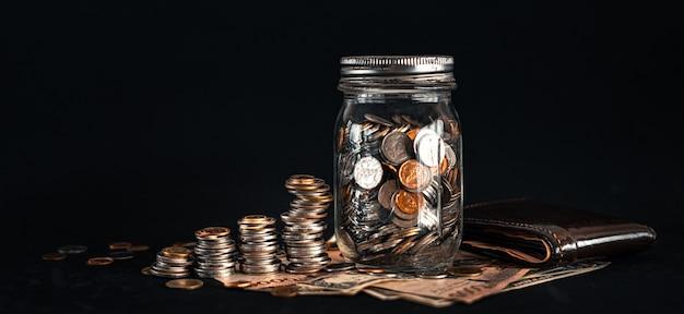 Gestapeld geld groeit op een zwarte achtergrond