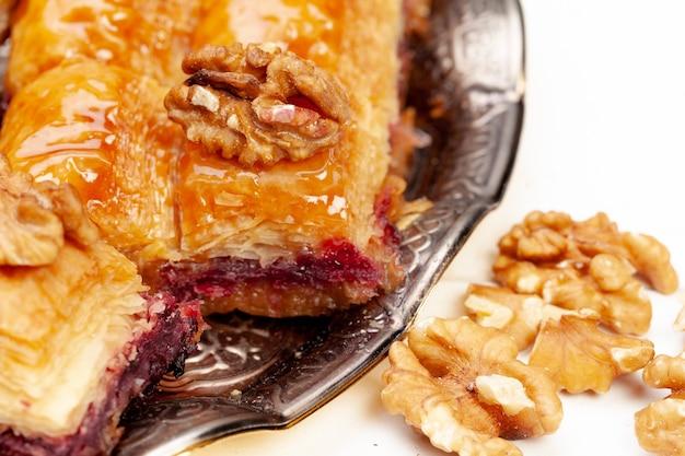 Gestapeld turks baklava-dessert in een plaat dichte omhooggaand