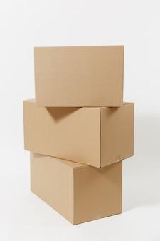 Gestapeld van drie bruine duidelijke lege lege kartonnen dozen geïsoleerd op een witte achtergrond. pakket ontvangen. kopieer ruimte voor advertentie. met plaats voor tekst. advertentieruimte met werkruimte.