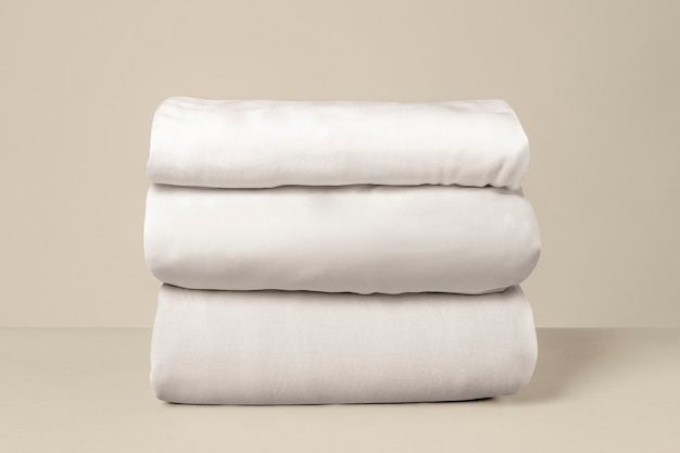 Gestapeld wit beddengoed